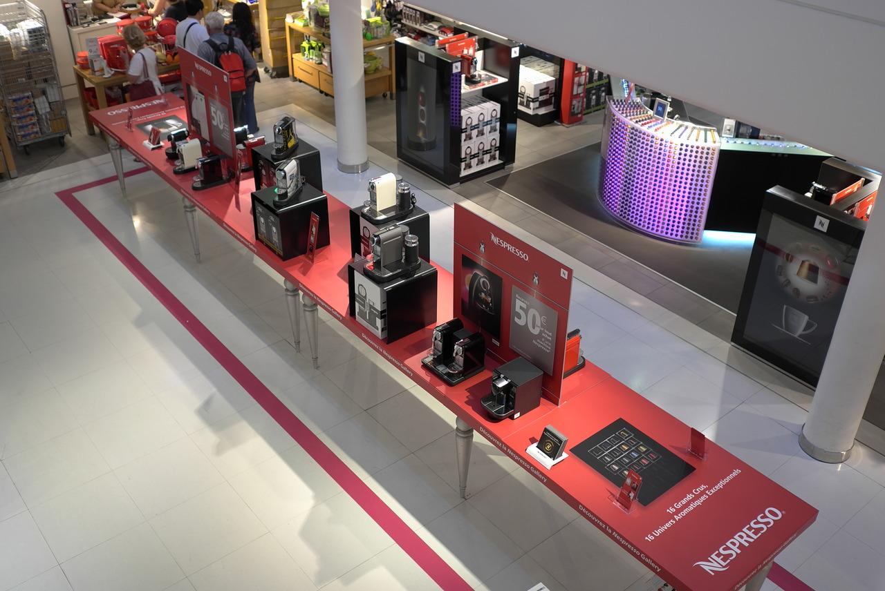 """Création, fabrication et installation de l'espace de vente Nespresso aux Galeries Lafayette Maison. Contenu de la page """"Agence de communication""""."""